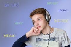 El escuchar adolescente la música Fotografía de archivo libre de regalías