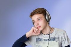 El escuchar adolescente la música Imágenes de archivo libres de regalías