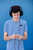 El escuchar adolescente la música con los auriculares Fotos de archivo