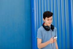 El escuchar adolescente la música con los auriculares Imagenes de archivo