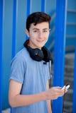 El escuchar adolescente la música con los auriculares Fotografía de archivo libre de regalías