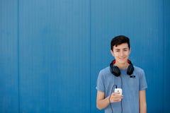 El escuchar adolescente la música con los auriculares Foto de archivo