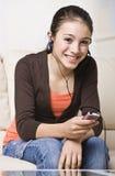 El escuchar adolescente sonriente la música Fotos de archivo libres de regalías