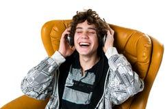 El escuchar adolescente sonriente la música Foto de archivo