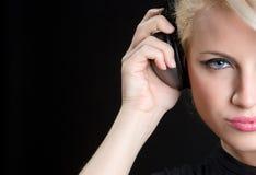 El escuchar de la música adolescente Fotos de archivo libres de regalías