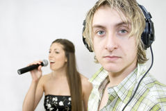 El escuchar el cantante imagen de archivo libre de regalías