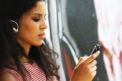 El escuchar el jugador MP3 Imagen de archivo libre de regalías