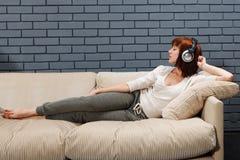 El escuchar la música Foto de archivo libre de regalías