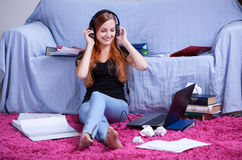 El escuchar la música en vez del aprendizaje Foto de archivo libre de regalías