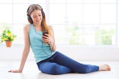 El escuchar la música en casa Fotos de archivo libres de regalías