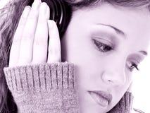 El escuchar los auriculares Imagen de archivo libre de regalías