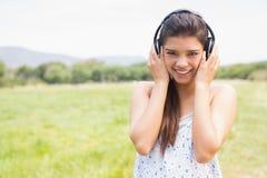 El escuchar moreno bonito la música Imagen de archivo