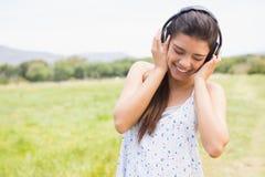 El escuchar moreno bonito la música Fotos de archivo