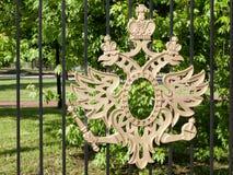 El escudo de armas real encendido de la Museo-reserva Tsaritsyno en Moscú - puede 2016 Imagen de archivo libre de regalías