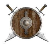El escudo de madera viejo y dos cruzaron los sables aislados Foto de archivo libre de regalías