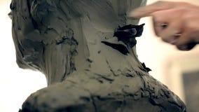 El escultor está trabajando en la creación de un monumento almacen de video