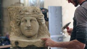 El escultor está trabajando en la creación de un monumento metrajes
