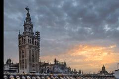 El español de Giralda: El La Giralda es el campanario de la catedral de Sevilla en Sevilla, España foto de archivo