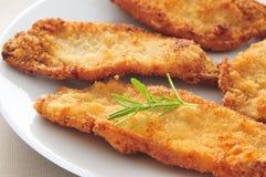 El español escalopa de pollo un milanesa del la, pollo empanado corta Imagenes de archivo