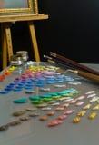 Paleta y espacio de trabajo de la pintura del artista. Imagen de archivo