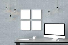 El espacio de trabajo moderno con los marcos vacíos aislados en la pared de ladrillo y es Fotos de archivo libres de regalías