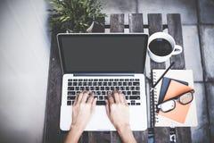 El espacio de trabajo relajante enfría hacia fuera el trabajo para la oficina y diseña smartphone del ordenador portátil con café imagen de archivo libre de regalías