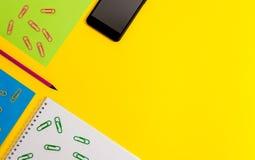 El espacio en blanco coloreó las carpetas de papel del smartphone de los clips de las hojas que los tenedores dibujan a lápiz el  fotografía de archivo libre de regalías