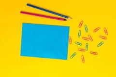 El espacio en blanco colore? las carpetas de clips de papel de la hoja que los tenedores dibujaron a l?piz el fondo ligero Aconte foto de archivo libre de regalías