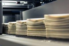 El espacio en blanco de la producción del libro se opone la línea de acabamiento industrial de la fábrica foto de archivo