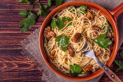 El espagueti de las pastas con los mízcalos prolifera rápidamente en fondo de madera Imagen de archivo libre de regalías