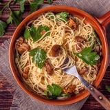 El espagueti de las pastas con los mízcalos prolifera rápidamente en fondo de madera Fotografía de archivo libre de regalías