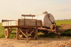 El esparcidor y el remolque del tanque en un campo rural Imagen de archivo