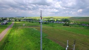 El especialista aéreo del ingeniero hace hace el servicio de mantenimiento que trabaja en torre de la célula de la telecomunicaci almacen de video