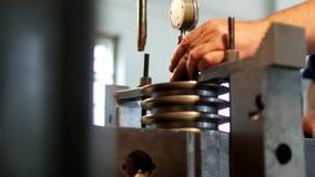 El especialista del varón mide el tamaño del dispositivo de la tolerancia y el valor en la polea del metal para fabricar, cercana metrajes