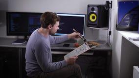 El especialista en el TIC tomó una rotura para el almuerzo para comer los rollos de sushi, hasta su información de proceso de los metrajes