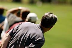 El espectador del golf espera la bola Imágenes de archivo libres de regalías