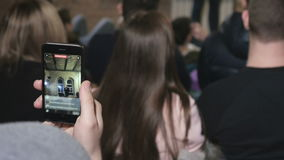 El espectador que hace que un vídeo en el cómico muestra almacen de metraje de vídeo