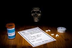 El espectro del apego y de la muerte está siempre presente en uso y abuso del opiáceo El cráneo se retrasa en la oscuridad que no imágenes de archivo libres de regalías