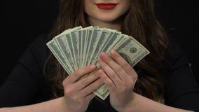 El especulador de sexo femenino que mostraba dólares ganó en fraudes con las cuentas bancarias, dinero almacen de video