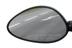 El espejo de la vista posterior con los objetos amonestadores del texto en espejo está más cercano que aparecen, aislado Fotos de archivo libres de regalías