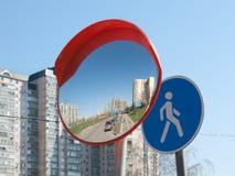 El espejo es esférico y señal de tráfico Foto de archivo libre de regalías