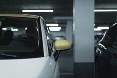 El espejo lateral amarillo del coche parqueó en garaje Fotos de archivo libres de regalías
