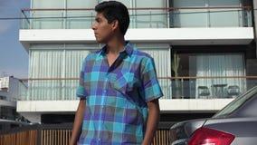El esperar adolescente impaciente o callejeo almacen de metraje de vídeo