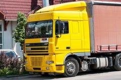 El esperar amarillo del camión de la DAF fotos de archivo libres de regalías