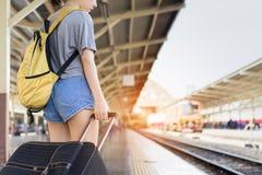 El esperar asiático del viajero de la mochila de la chica joven fotos de archivo