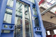 El esperar cerrado puertas de cristal del elevador de la estación de metro mirando para arriba el PE foto de archivo libre de regalías