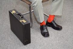 El esperar colorido del hombre de negocios imagen de archivo libre de regalías