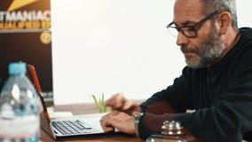 El esperar creativo casual del hombre de negocios almacen de metraje de vídeo