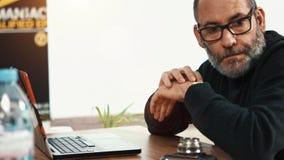 El esperar creativo casual del hombre de negocios almacen de video