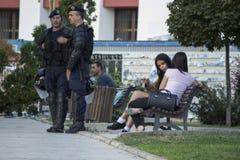 El esperar de los oficiales de la policía antidisturbios fotos de archivo libres de regalías